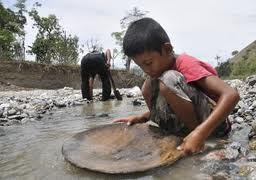 Gambar Pendulang emas di Sungai Poboya, Kota Palu, Sulawesi Tengah